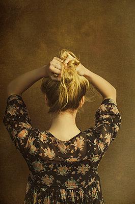 Junge Frau mit blonden Haaren - p794m972912 von Mohamad Itani