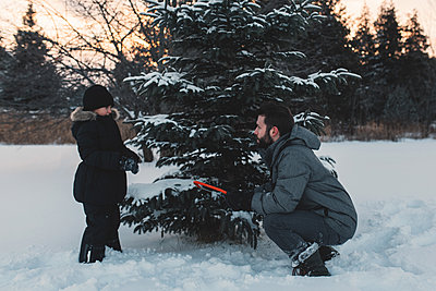 Father and daughter choosing their own Christmas tree - p924m1230077 by Kymberlie Dozois Photography