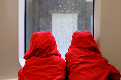 Two children looking out of a train windows - p1228m1538992 by Benjamin Harte