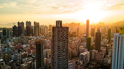 View of modern crowded cityscape with residential buildings in Hong Kong - p623m2294901 by Pablo Camacho