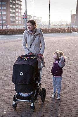Mutter mit Kinderwagen - p896m835979 von Amaury Miller