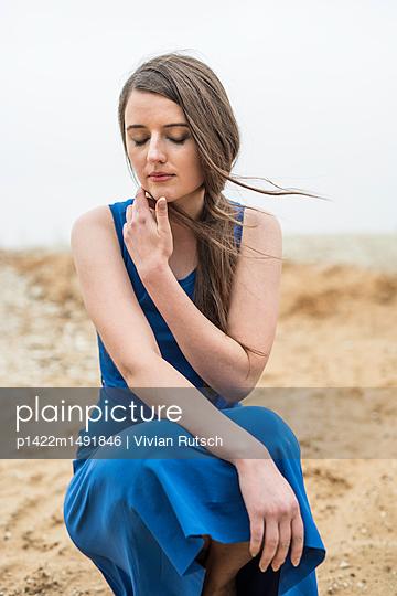 Junge Frau in blauem Kleid - p1422m1491846 von Vivian Rutsch