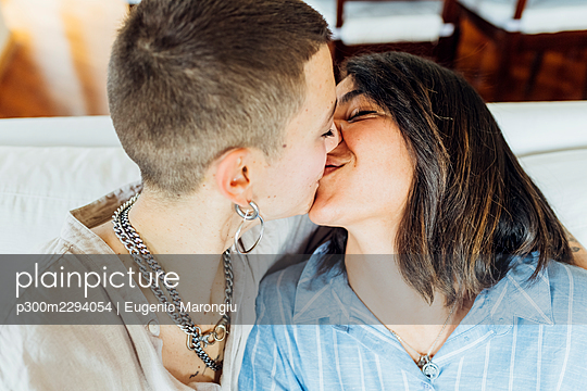 Young lesbian couple kissing at home - p300m2294054 by Eugenio Marongiu
