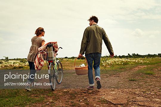 Junges Paar macht ein Picknick - p972m1088657 von Felix Odell