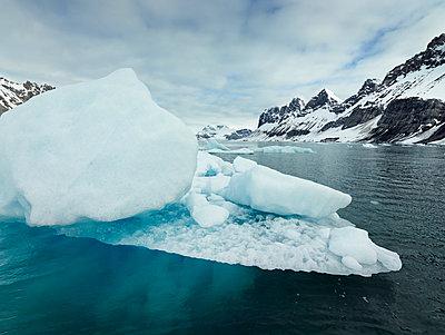 Norway, Spitsbergen, Prins Karls Forland, iceberg - p300m2079056 von Christian Vorhofer