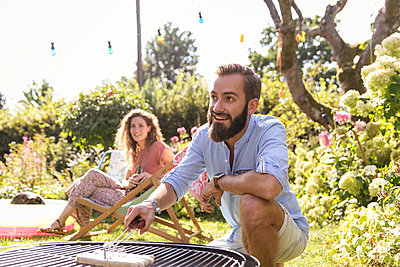 BBQ in the garden - p788m2027486 by Lisa Krechting