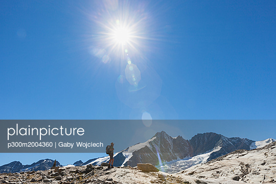 Austria, Carinthia, hiker watching Grossglockner peak and high alpine territory - p300m2004360 von Gaby Wojciech