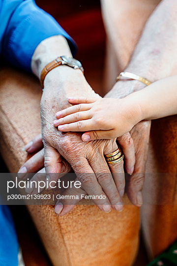 Elderly couple and baby's hand, generations together - p300m2139923 by Gemma Ferrando