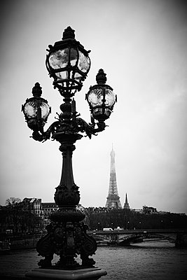 Vintage street lamp with Eiffel Tower in the background, Paris - p851m2186133 by Lohfink