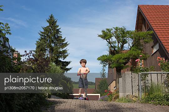 Kleiner Junge mit Roller - p1308m2057170 von felice douglas