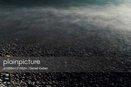 Dunkles Wasser - p1335m1216524 von Daniel Cullen