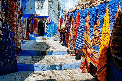 Morocco, Chefchaouen, carpet shop presenting offers outside - p300m1549477 by Kiko Jimenez