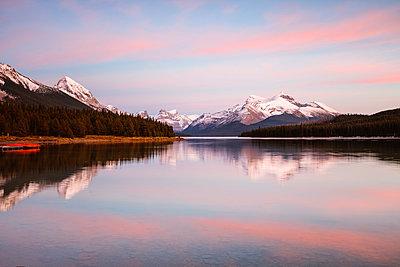 Maligne lake at sunset, Jasper National Park, Alberta, Canada - p651m2033374 by Matteo Colombo photography