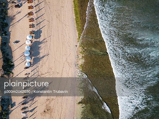 Indonesia, Bali, Aerial view of Balangan beach, sunloungers and beach umbrellas - p300m2062030 von Konstantin Trubavin