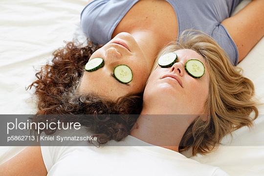 Gurken auf den Augen - p5862713 von Kniel Synnatzschke