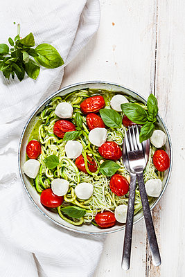 Zoodles Caprese, spiralized zucchini, glass noodles, pesto, plum tomatoe, mozarella balls - p300m1537272 by Susan Brooks-Dammann