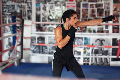 Female boxer training in gym - p429m2050670 by Image Source