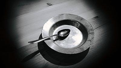 Ein Suppenlöffel und ein alter Teller - p945m2178268 von aurelia frey