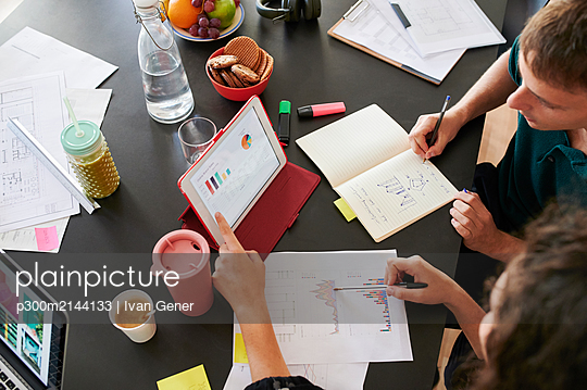 Close-up of young business people having a meeting in office - p300m2144133 by Ivan Gener