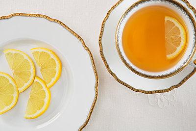 Tee mit Zitrone - p1149m1092673 von Yvonne Röder