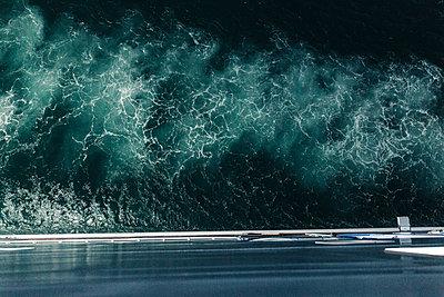 Vogelperspektive von Schiff auf Meer mit Wellengang bei Nacht - p1497m2150206 von Sascha Jacoby