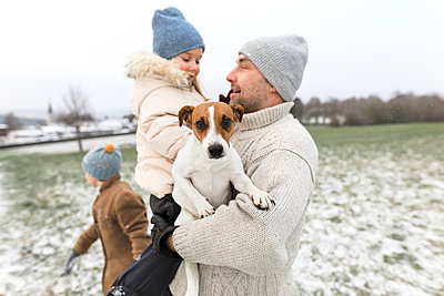 Father with two children and dog in winter landscape - p300m2080740 by Katharina Mikhrin
