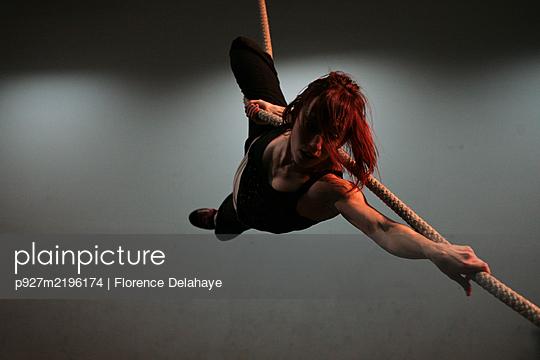 Artiste de cirque en résidence de création, recherches et improvisation, corde lisse. - p927m2196174 by Florence Delahaye