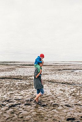 Mutter und Sohn laufen durchs Watt - p1046m1467537 von Moritz Küstner