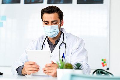 Male doctor in a clinic or hospital - p300m2275470 von Giorgio Fochesato