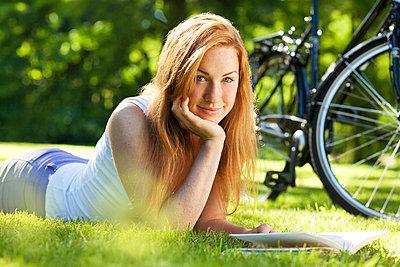 Junge Frau im Park - p341m944909 von Mikesch