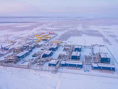 Oil Fields and Gas Fields with Natural gas treatment plant in Russland - p390m2126685 by Frank Herfort