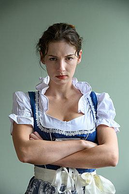 Woman in dirndl, portrait - p427m2254279 by Ralf Mohr