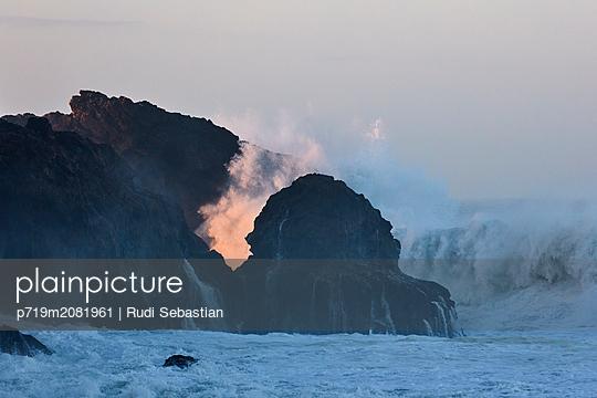Brechende Wellen am Strand von Nazaré - p719m2081961 von Rudi Sebastian
