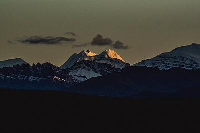 Bergkette wird während dem Sonnenuntergang  von der Sonne angestrahlt - p1455m2203783 von Ingmar Wein
