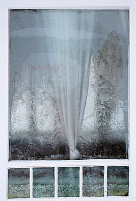 Austria, Window with ice crystal - p300m879712 by Wolfgang Weinhäupl