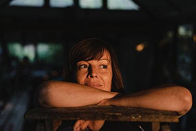 Brunette woman leaning on ladder - p586m2134825 by Kniel Synnatzschke