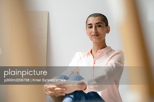 Portrait of a confident woman in a loft - p300m2206798 by Kniel Synnatzschke