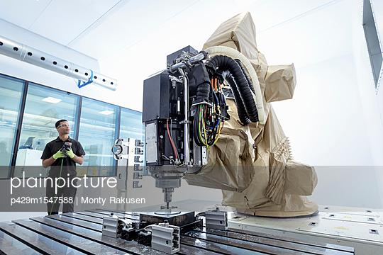 Plainpicture Plainpicture P429m1547588 Apprentice Robotics