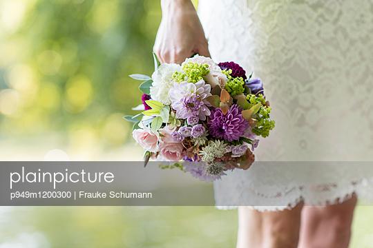 Braut mit Brautstrauß - p949m1200300 von Frauke Schumann