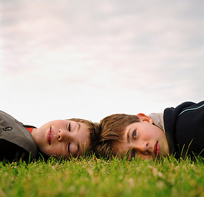 Boys laying on grass - p1125m1042659 by jonlove