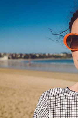 Woman wearing tartan dress and orange sunglasses - p1150m2260462 by Elise Ortiou Campion