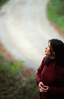 Frau blickt skeptisch hinauf - p4470277 von Anja Lubitz