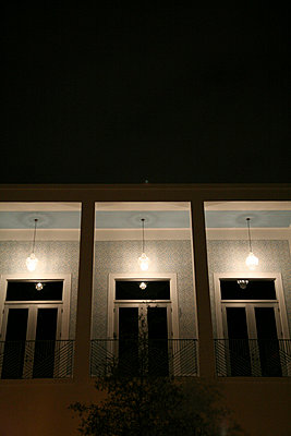haus mit balkon bei nacht - p6270158 von bobsairport