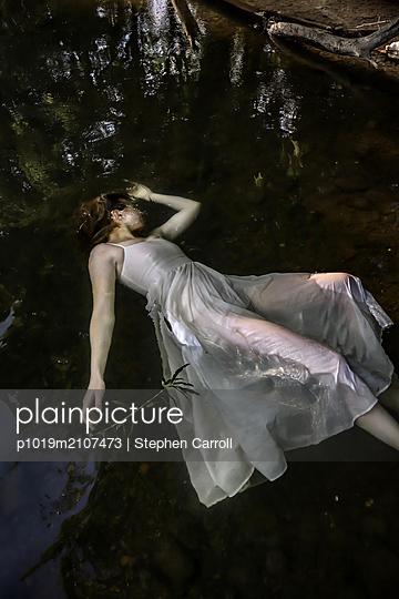 Totes Mädchen im Fluss - p1019m2107473 von Stephen Carroll