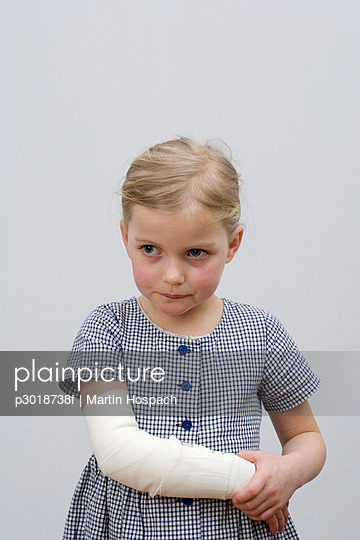 A young girl with a broken arm - p3018738f by Martin Hospach