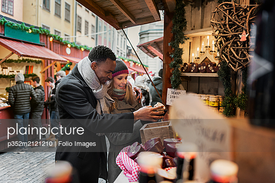 Couple shopping at market - p352m2121210 by Folio Images