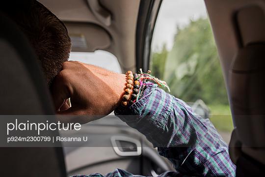 USA, Alaska, Close-up of mans hand in car - p924m2300799 by Rosanna U
