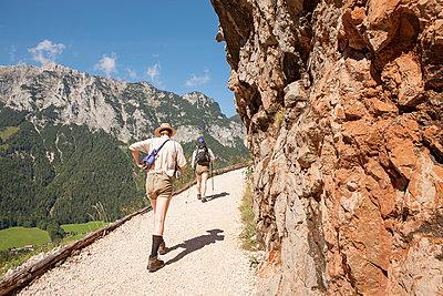 Wandern in den Alpen  - p1330m1492263 von Caterina Rancho