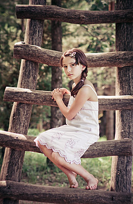 Ernstes Mädchen auf einer Leiter - p1432m1496454 von Svetlana Bekyarova