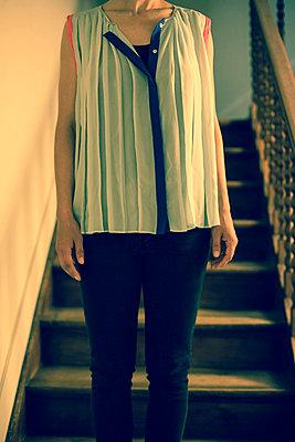 Junge Frau auf Treppenstufe - p432m815785 von mia takahara